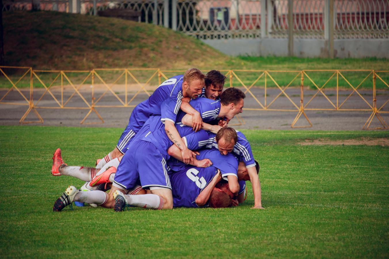 Куча мала нашей команды после победного гола.
