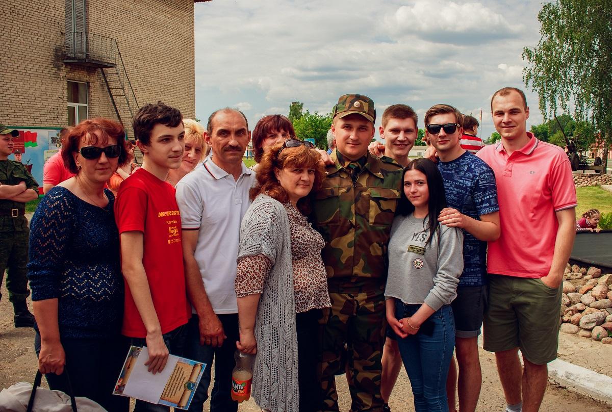 Военнослужащий Андрей Бобровский с семьей и друзьями.