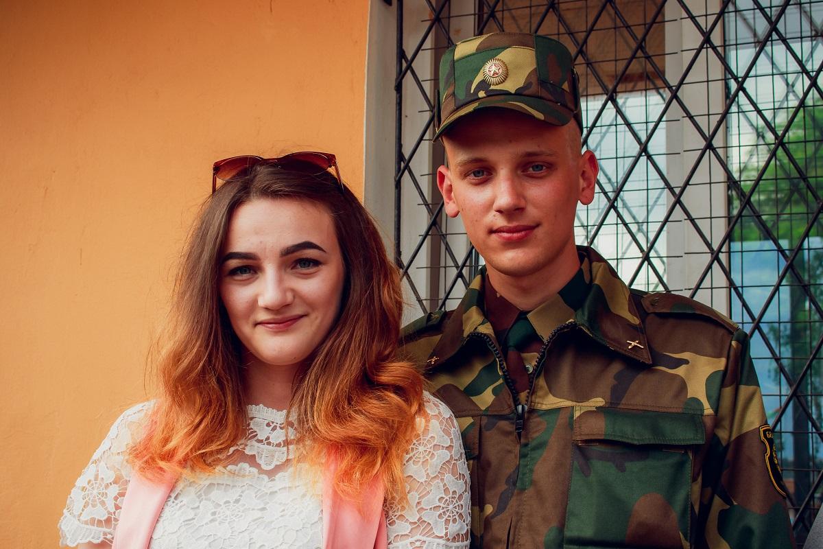 Военнослужащий Петр Алексейчук с девушкой Дианой.