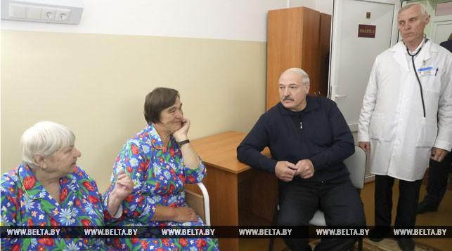 Александр Лукашенко во время посещения Копысской участковой больницы.