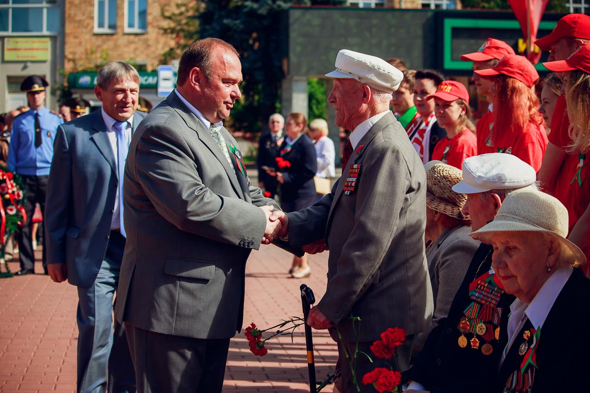 Председатель Барановичского городского исполнительного комитета Юрий Громаковский поприветствовал ветеранов Великой Отечественной войны.