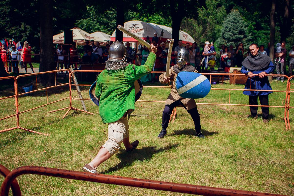 Бой на тренировочных мечах среди зрителей-добровольцев.