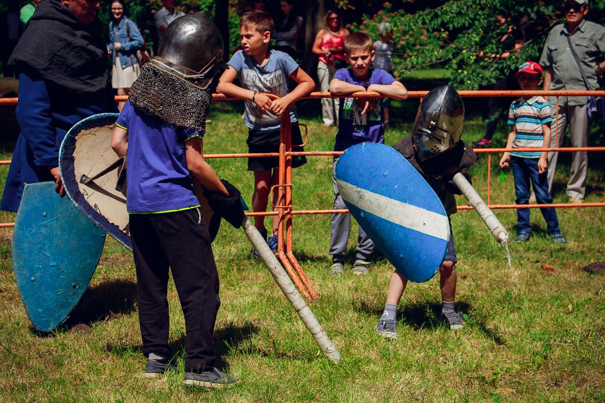 Бой на тренировочных мечах среди детей.