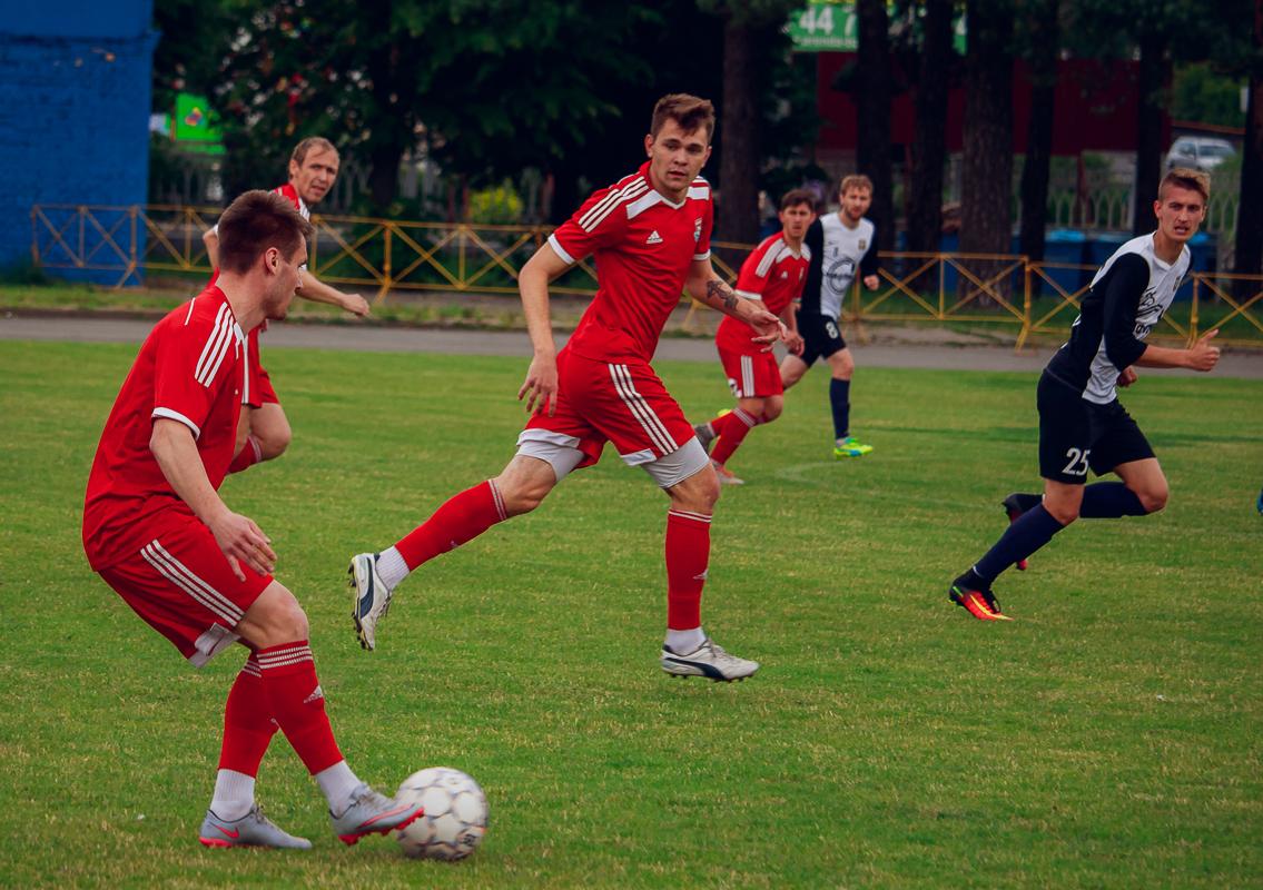 Сергей Мельник (с мячом) и Павел Ловгач переходят в атаку.
