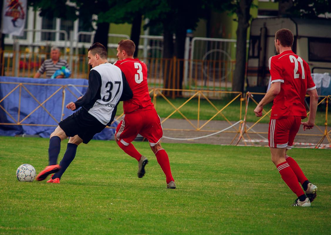 Денис Домашевич (№3) и Артем Рапейко (№21) против Артема Теплова (№37).