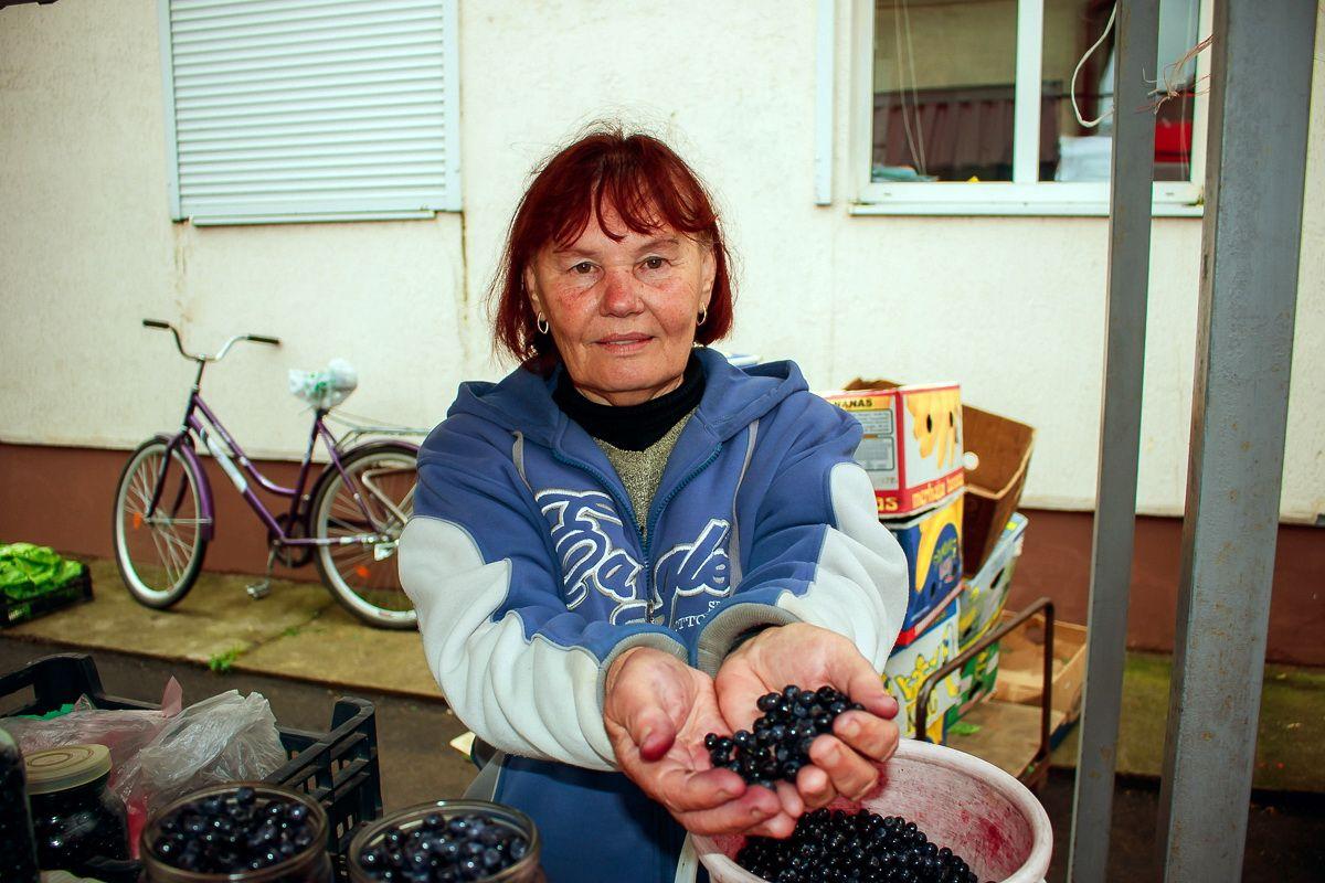 Тамара  Хвойницкая   говорит, что ягоды собирает с удовольствием и столько, сколько сможет продать.  Фото: Александр ЧЕРНЫЙ