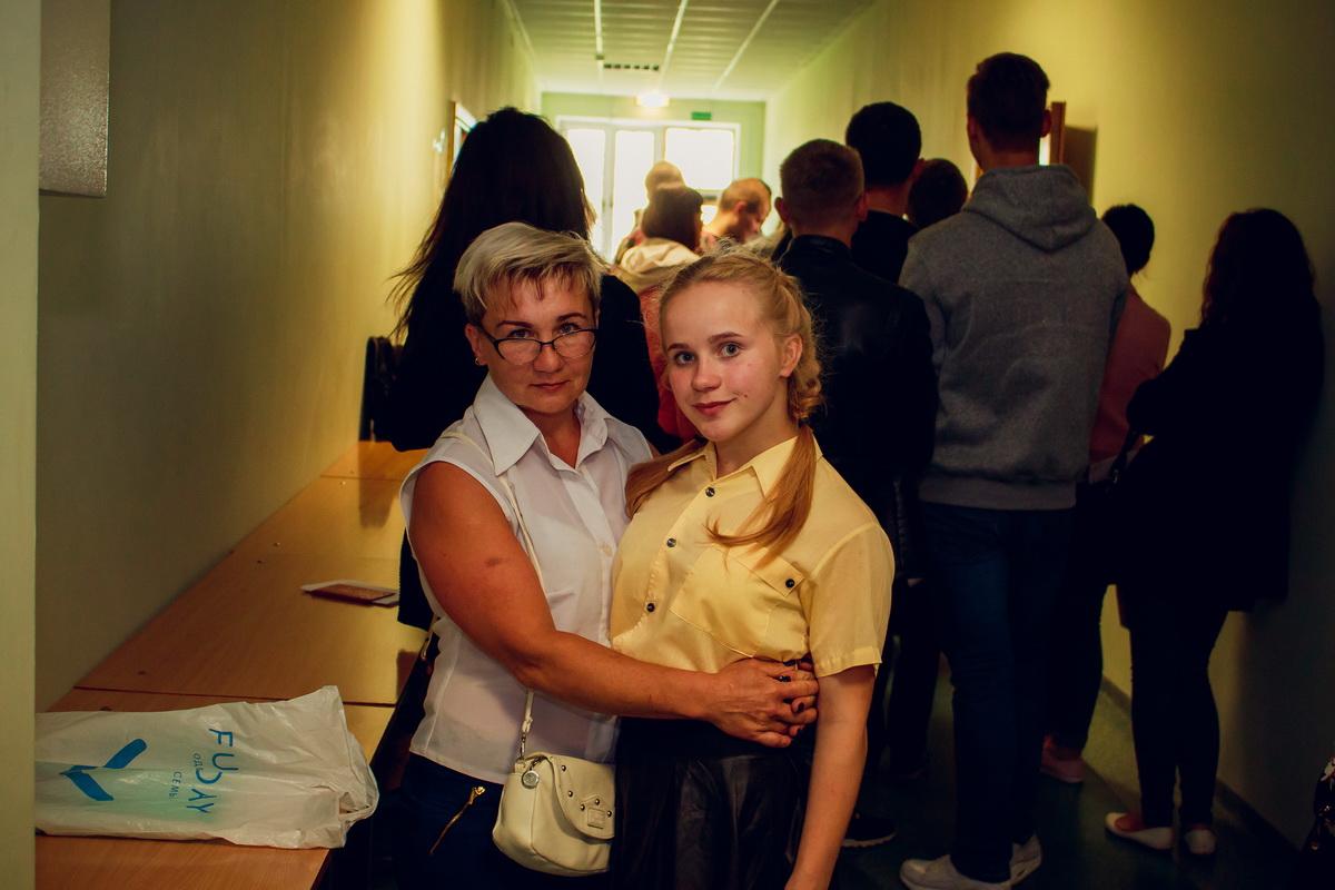 Татьяна Черней приехала из Слуцка поддержать дочь Яну.