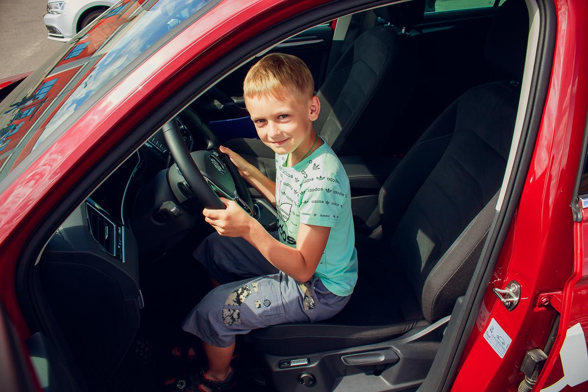 Станислав Денисенко с родителями приехал на тест-драйв.