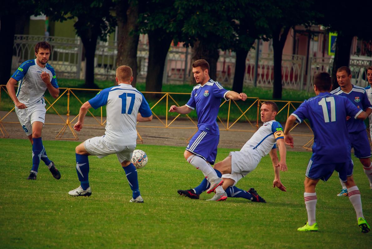 Сергей Мельник (в центре) в окружении соперников.