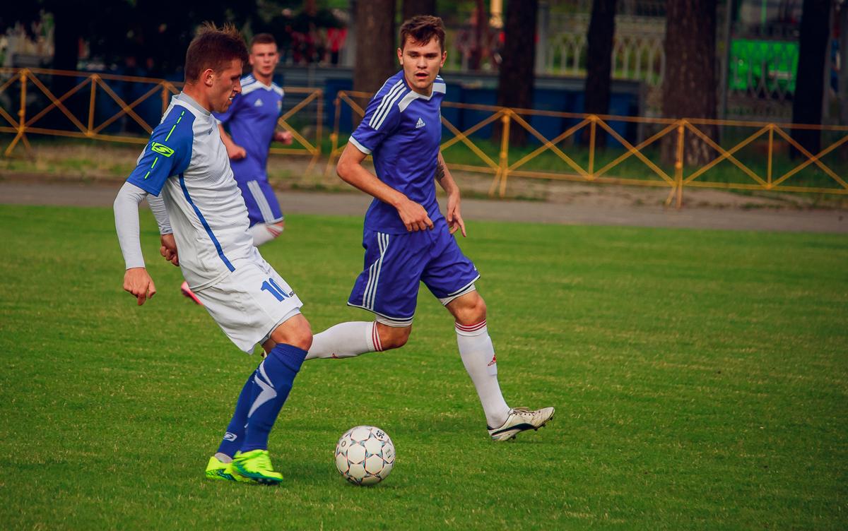 """Павел Ловгач (справа) в единоборстве с Борисом Коневегой (""""Волна"""")."""