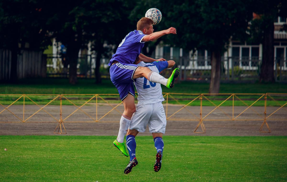 Иван Водопьян в верховой борьбе за мяч.