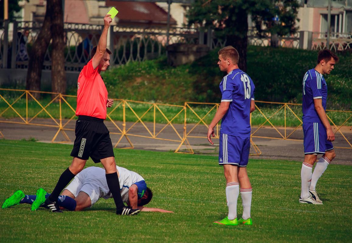 Иван Водопьян получает желтую карточкуза грубость.