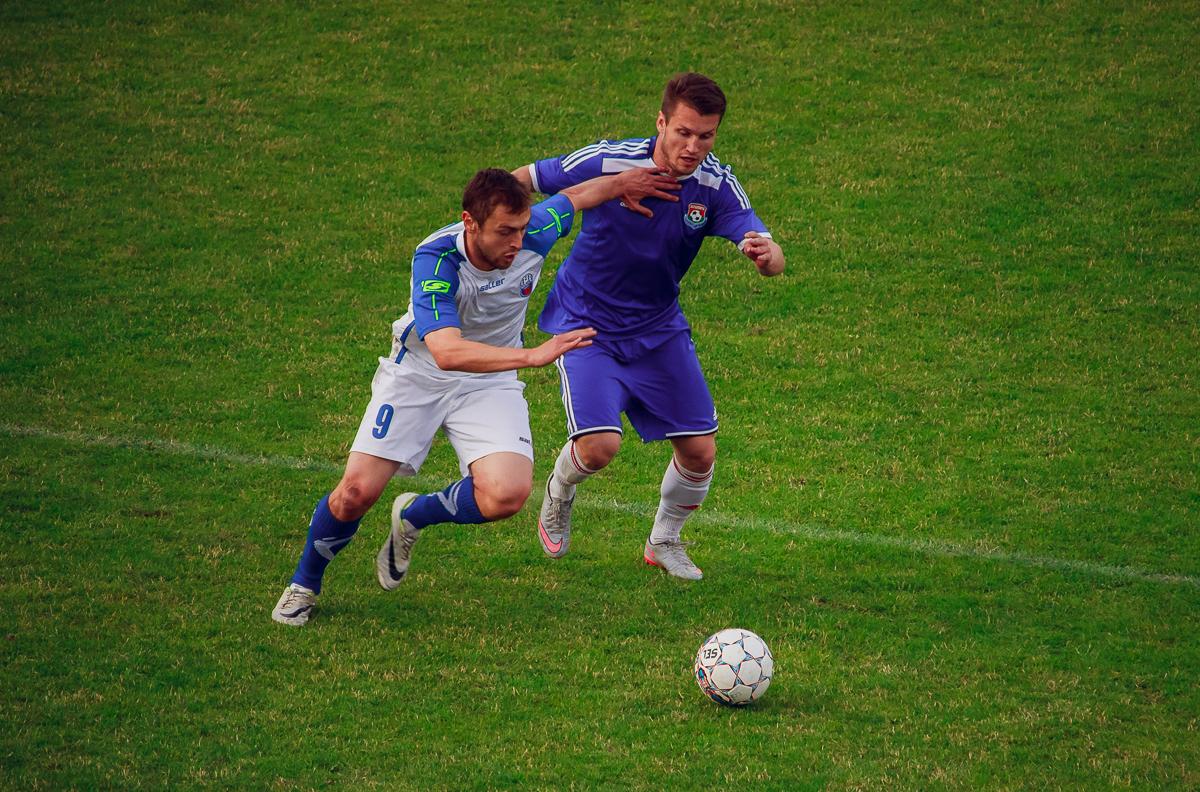 Сергей Мельник (справа) против Александра Мринского (№9).