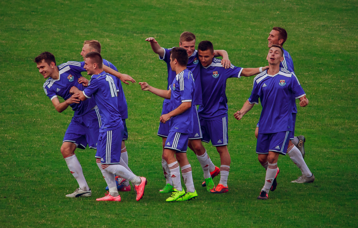 Радость барановичских футболистов после второго забитого мяча.