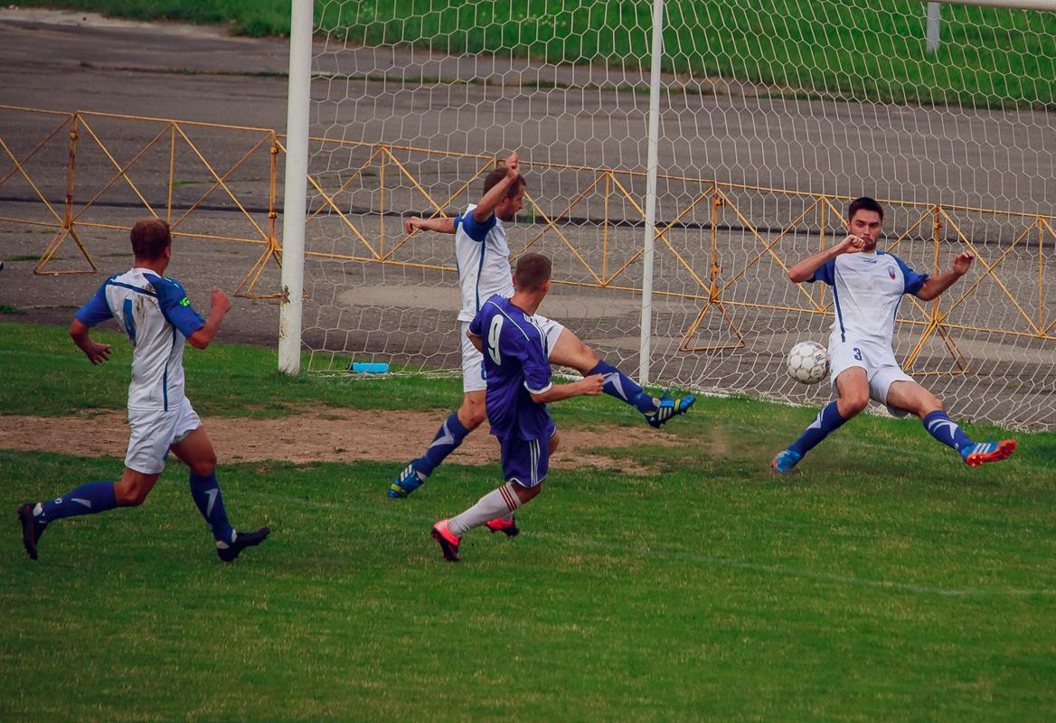 Антон Зеленевский (№9) забивает третий мяч.