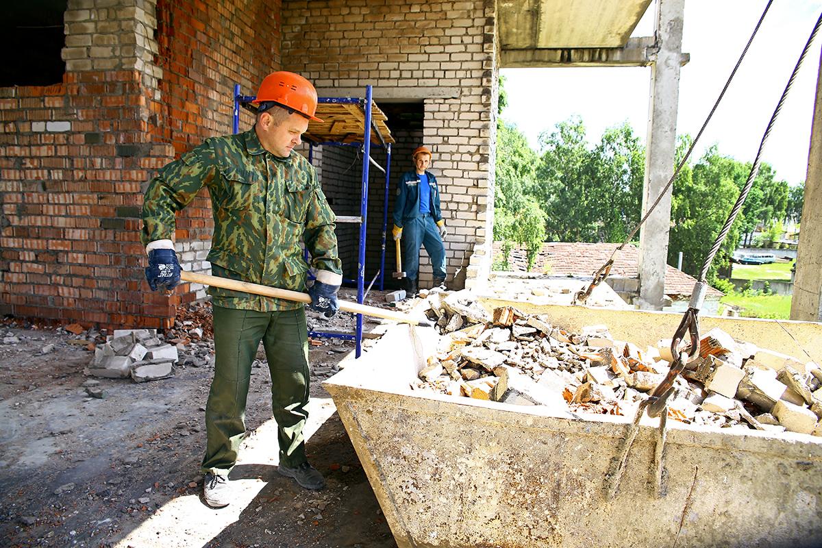 Сотрудники МЧС убирают строительный мусор.