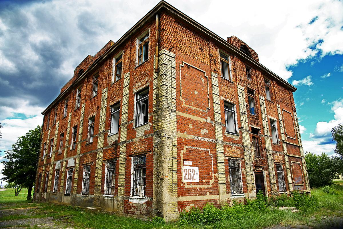 Заброшенная казарма на улице Брестской.
