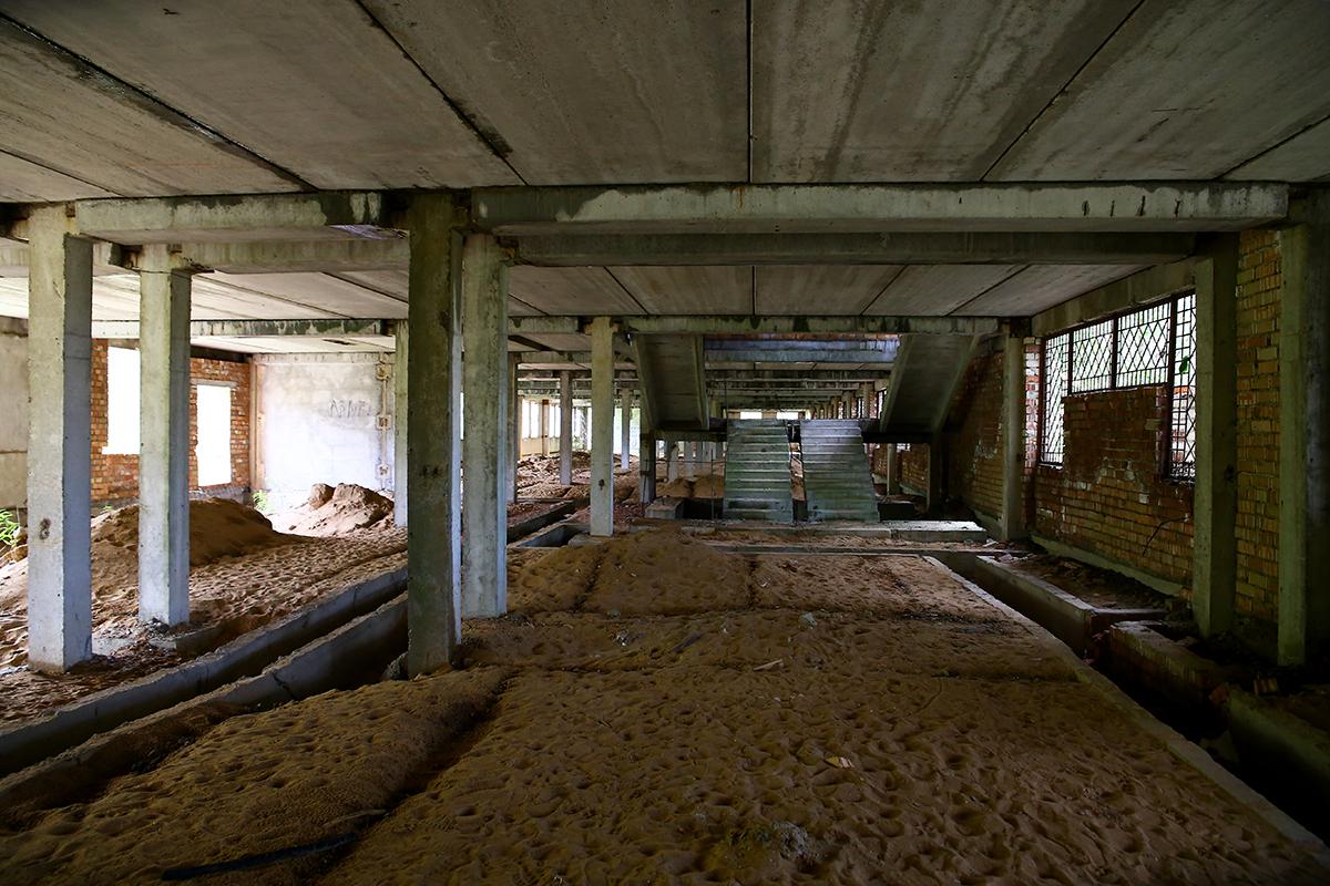 Песчаные холмы на первом этаже, по которым приходиться прыгать.