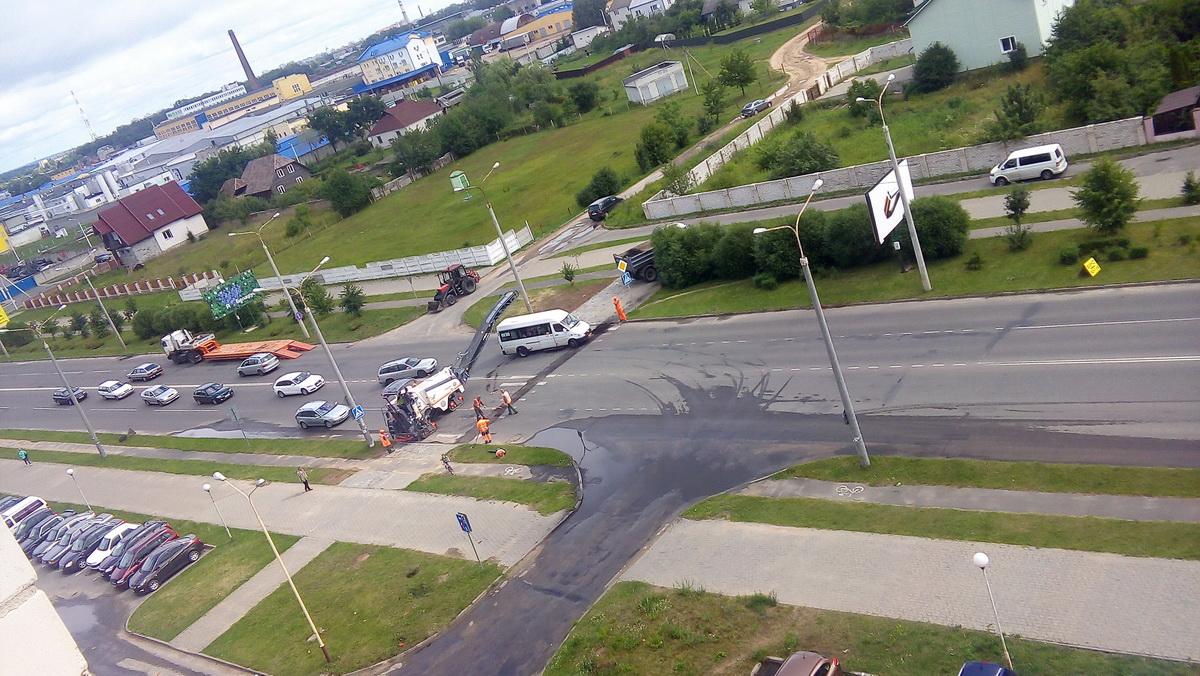 Срезание асфальта для установки приподнятого пешеходного перехода. Фото: прислал читатель.