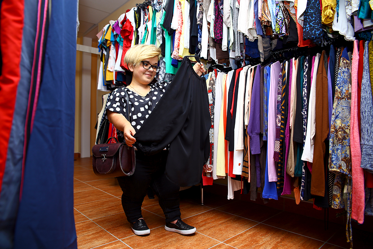 С выбором одежды у Иры проблем нет, а обувь приходится искать в детских отделах.