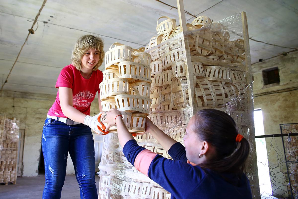 Работницы Юля и Карина фасуют готовую продукцию.