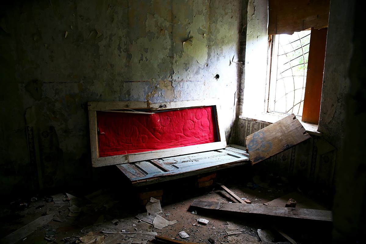 Самодельный диван в одной из комнат.