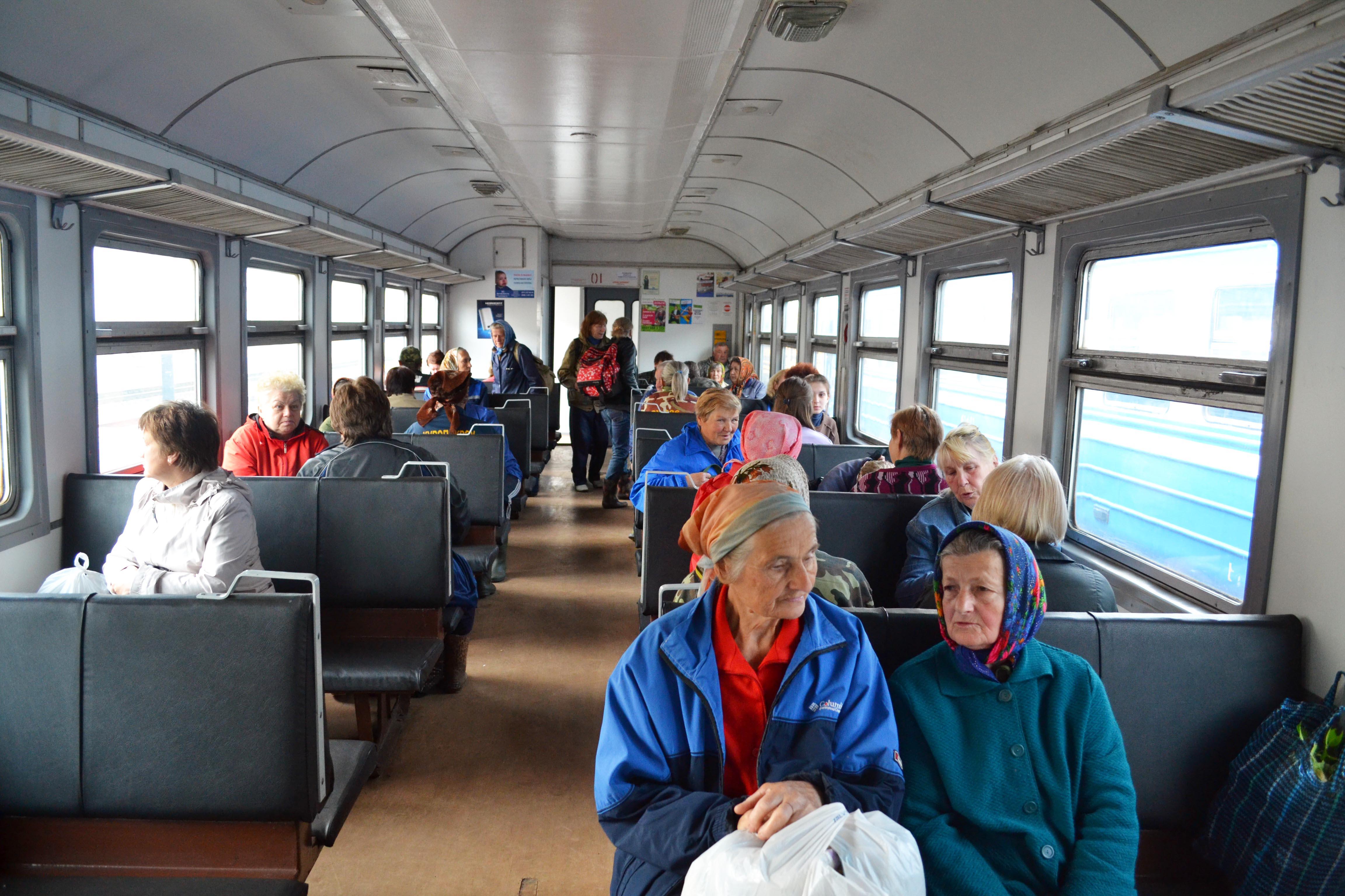 Электричка «Барановичи - Брест» за 10 минут до отправления. Большинство пассажиров - пожилые люди: ягодники и дачники.