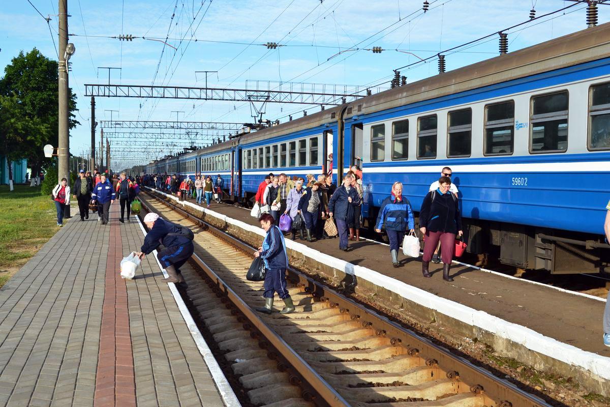 Станция Лесная. С электрички пассажиры спешат в лес.