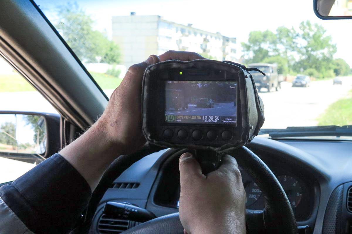 Андрей Севрюк «радаром» измеряет скорость движущихся навстречу автомобилей.
