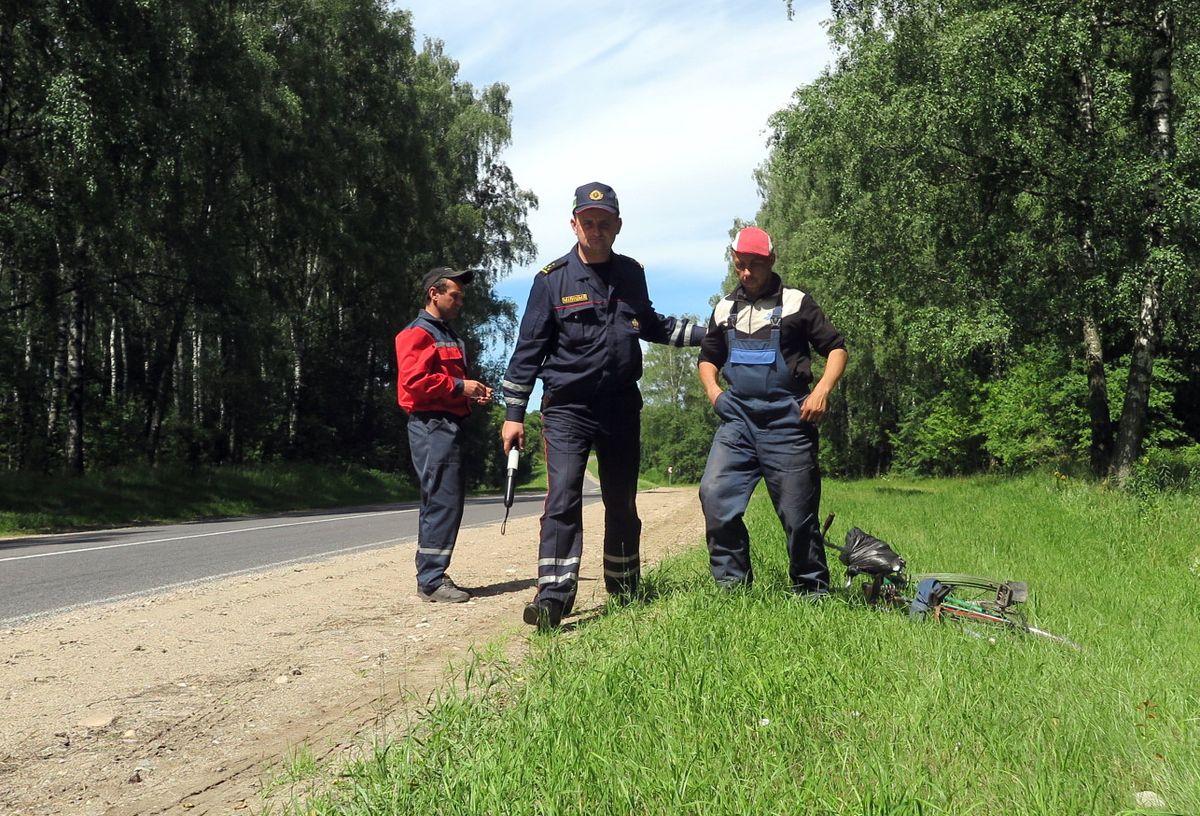 Андрей Севрюк ведет нетрезвого велосипедиста в свой автомобиль для составления протоколов. Фото: Аалена СЕРИКОВА