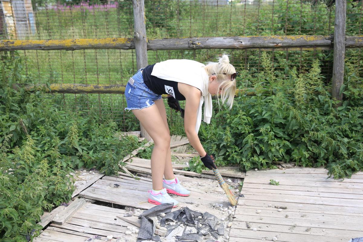 Елена Найденко убирается в собачьем вольере.