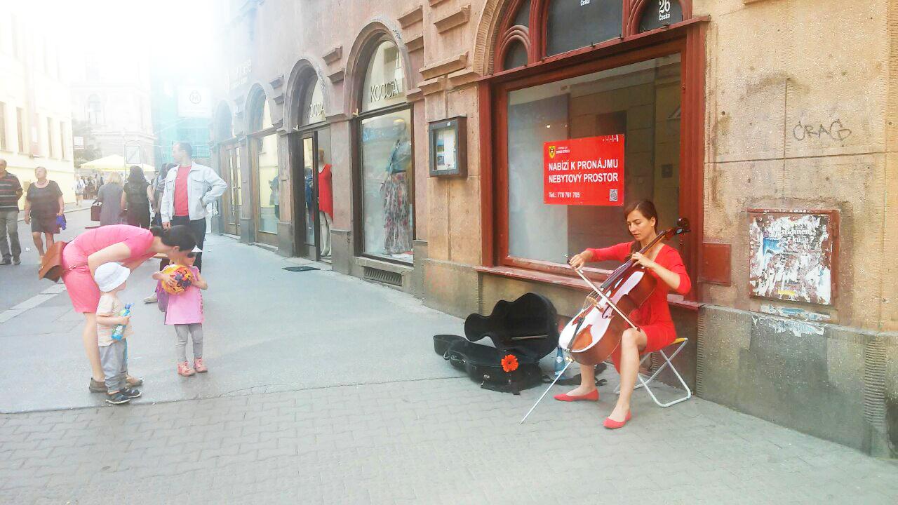 Елена Тумакова играет на виолончели на улицах Польши.