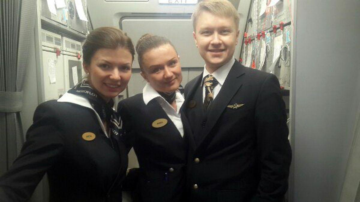 Анна Бахметьева (в центре) с коллегами на борту самолета.  Фото: соцсети