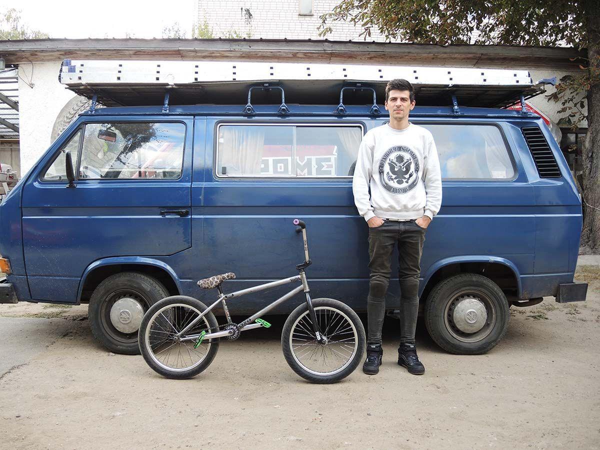 Павел Ромейко занимается велотрюками десять лет, но несмотря на это до сих пор постоянно падает со своего велосипеда. Фото: архив Павел РОМЕЙКО