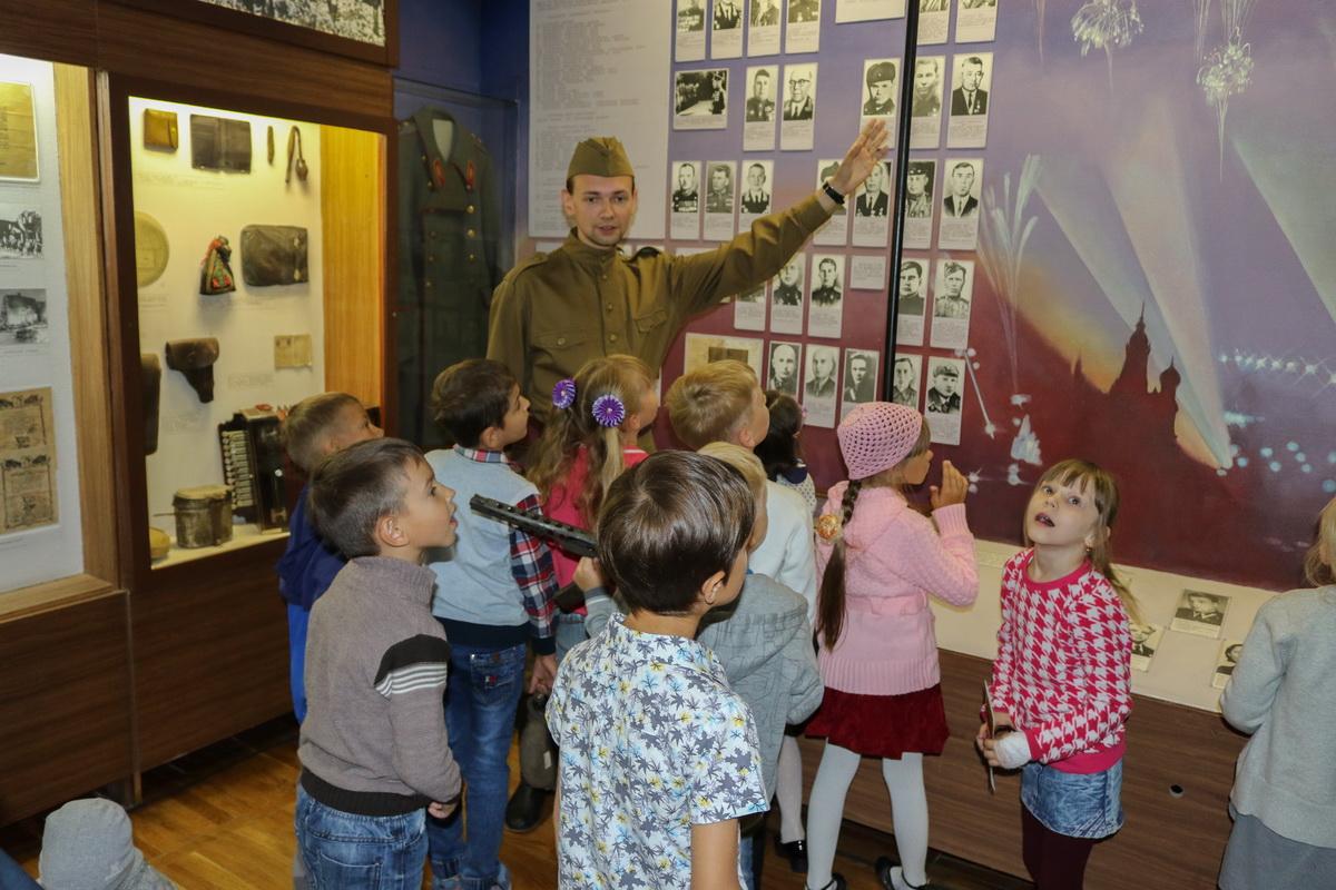 Алексей Кухарский научный сотрудник Барановичского краеведческого музея проводит экскурс для детей по теме Великой Отечественной войны.