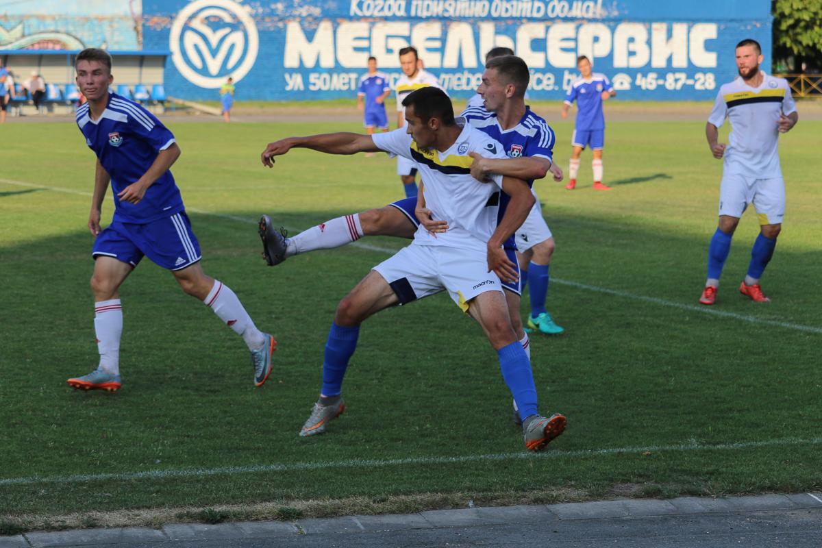 Антон Зеленевский (в синем) – па-де-де с защитником гостей Раджабовым. Слева – Алексей Белевич.