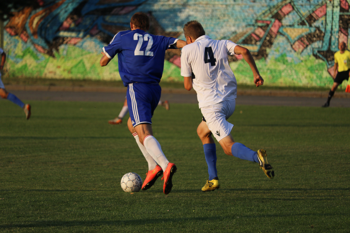 Сергей Крот (№22) атакует.