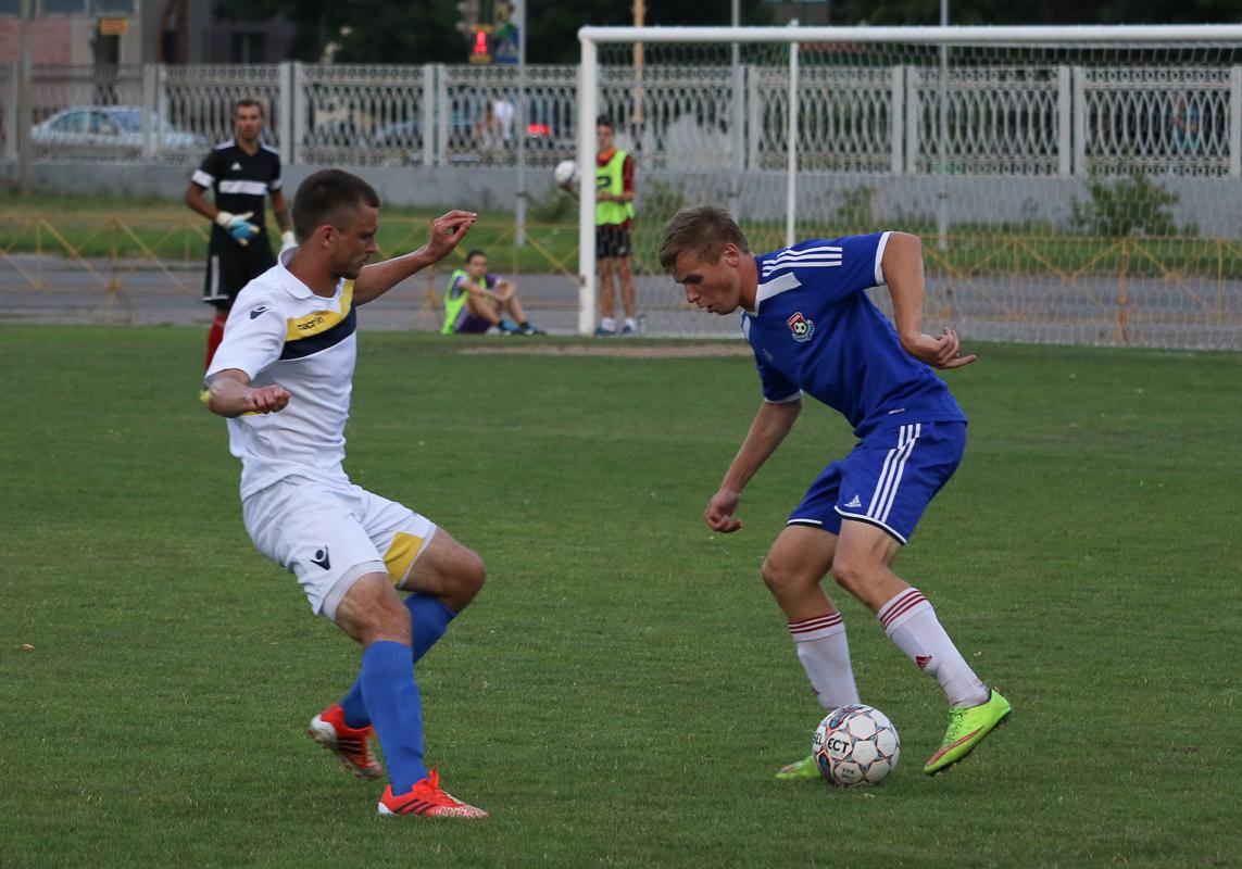 Иван Водопьян (с мячом) рвется к воротам.
