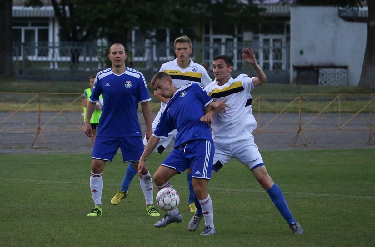 Антон Зеленевский (с мячом), слева – Кирилл Шрейтор.