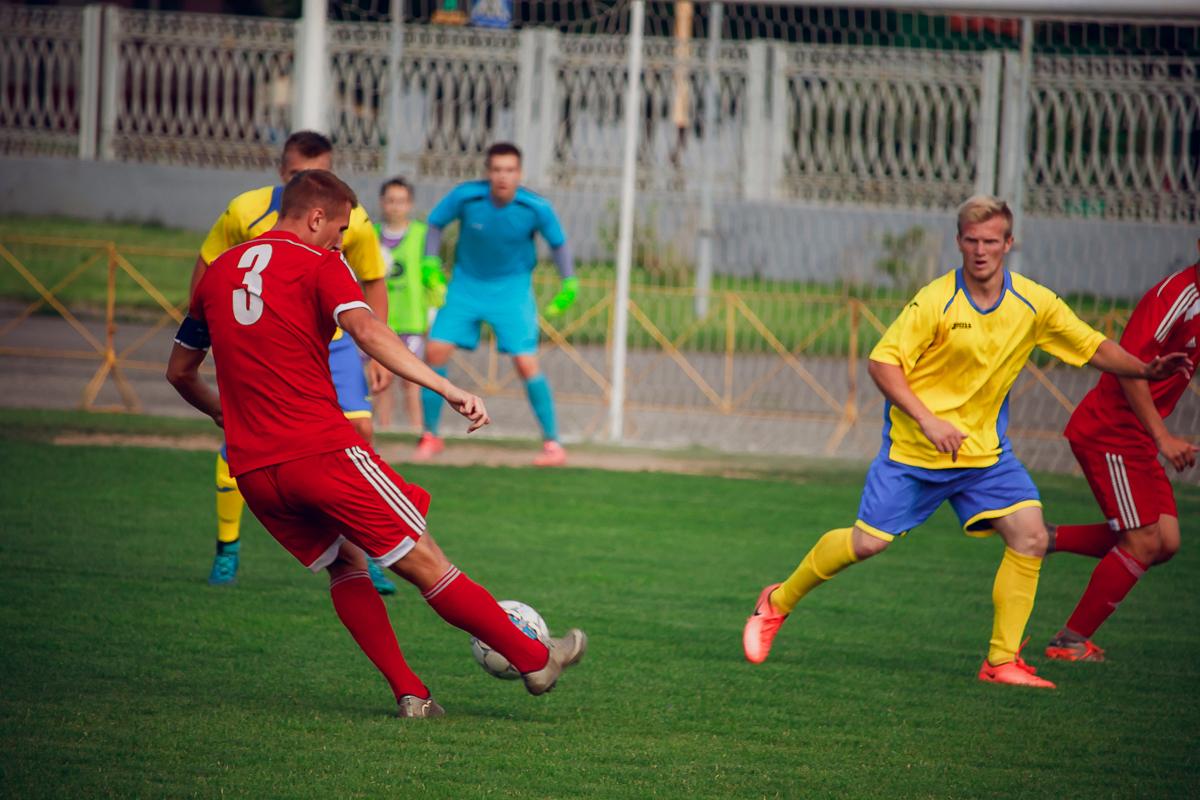 Капитан ФК «Барановичи» Денис Домашевич (№3) совершает навес.