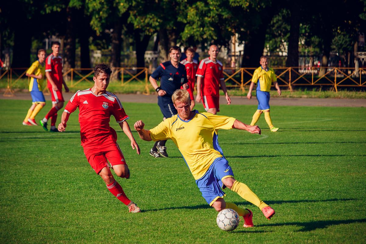 Противостояние Ильи Кухарчика (слева) и игрока гостей.