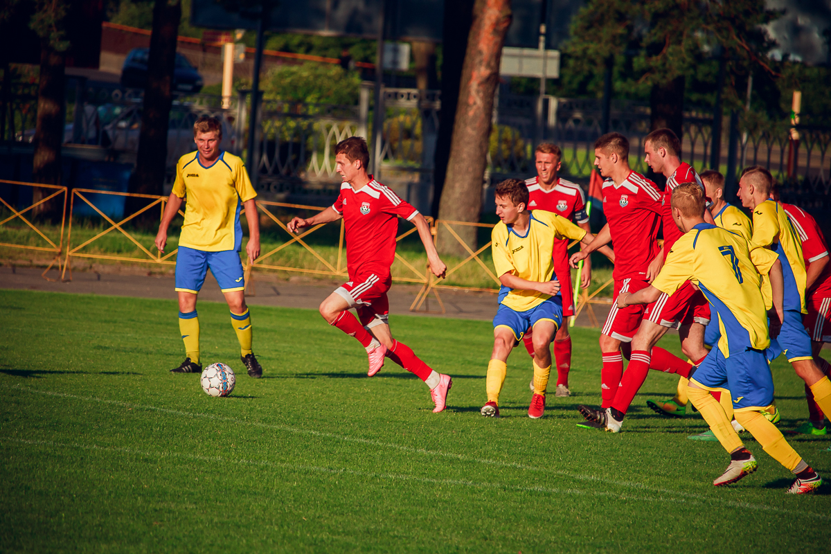 Павел Вакульчик (с мячом) отводит угрозу от ворот ФК.