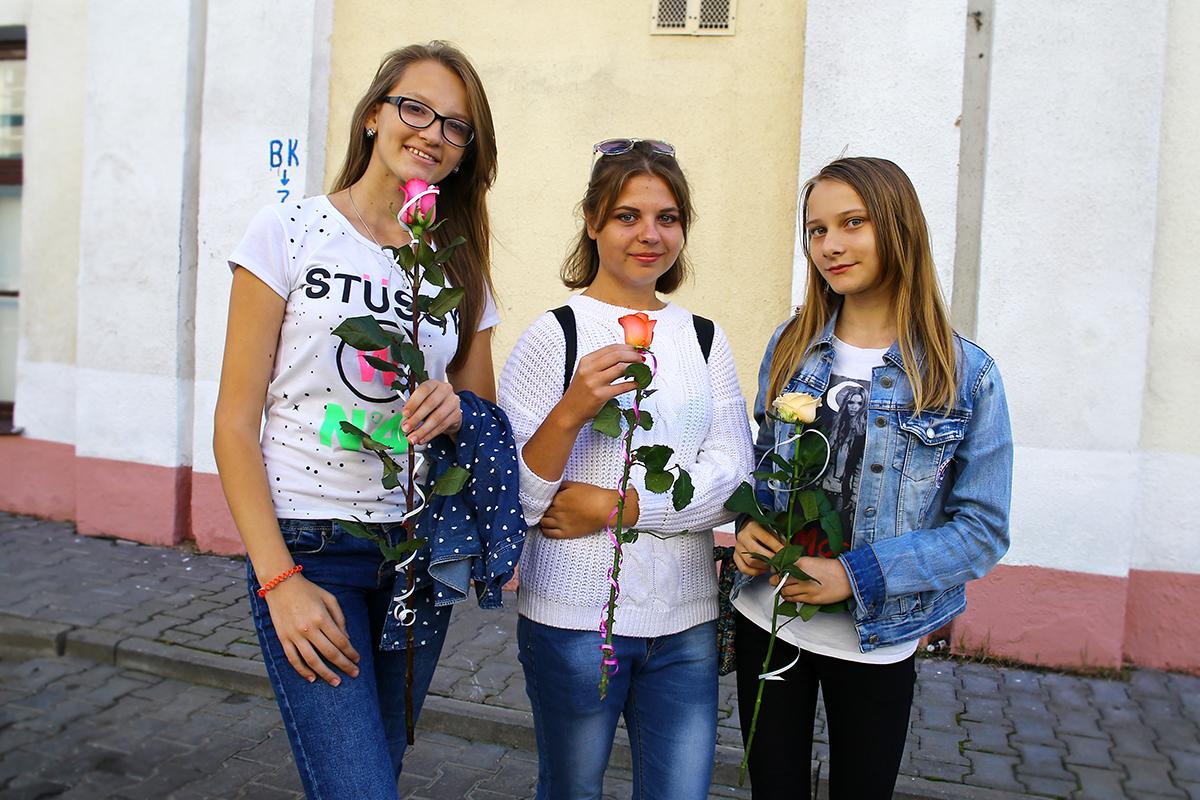 Вика, Наташа и Маша с цветами для своих преподавателей (слева направо).