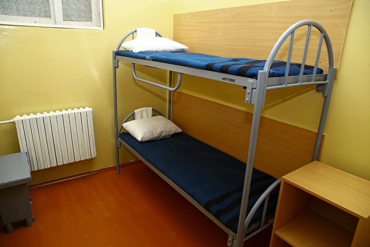 Кровати в камере для инвалидов.