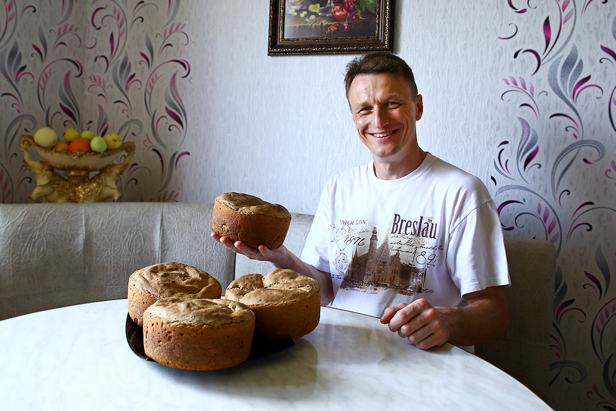 Николай Черноус-младший с приготовленным хлебом.