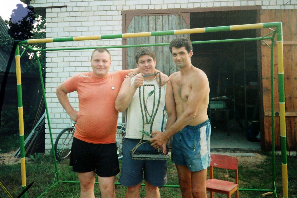 Перед первым турниром Руслан с приятелями покрасил футбольные ворота, 2010 год. Фото: архив Руслана ДАНИЛЬЧИКА