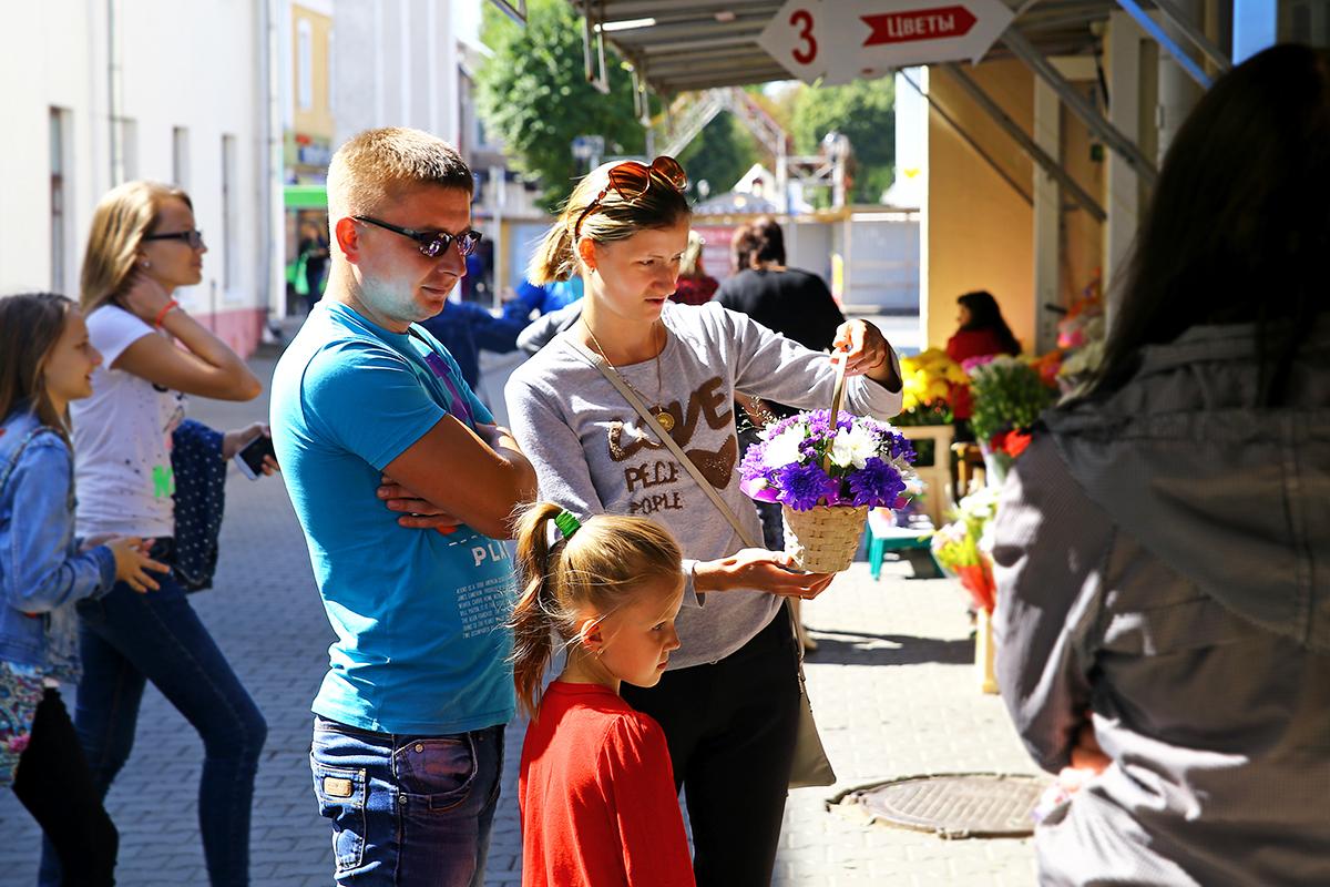 Ольга Полякова с семьей выбирает цветы для дочки на 1 сентября.