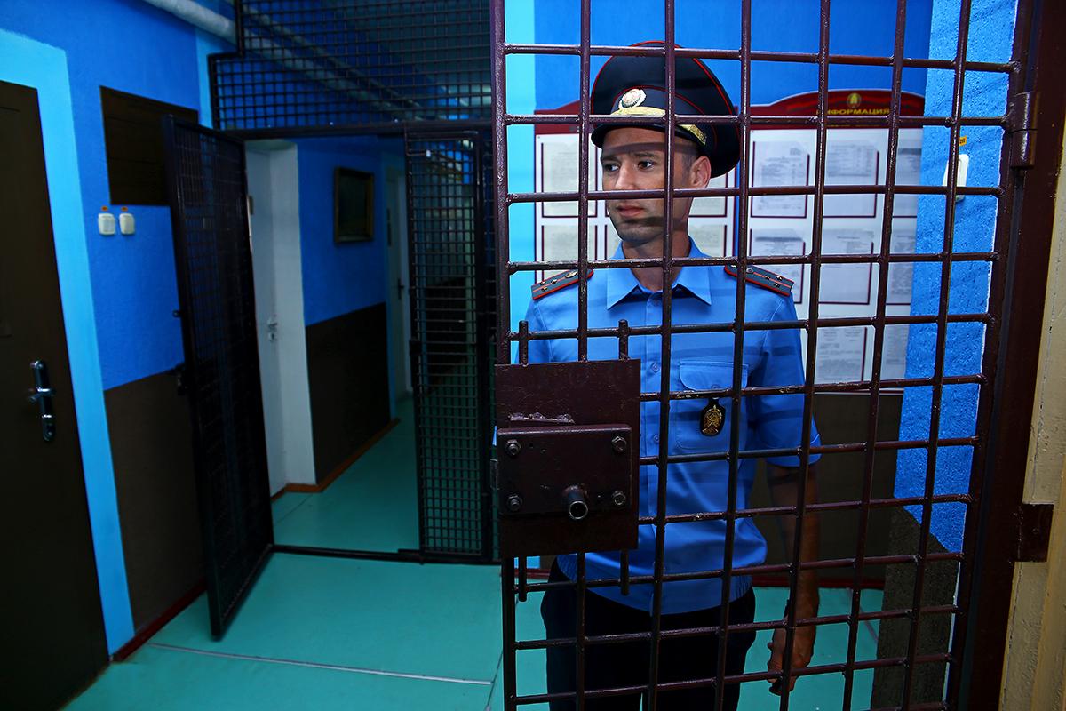 Вход в ИУОТ №52 огражден металлической решеткой.