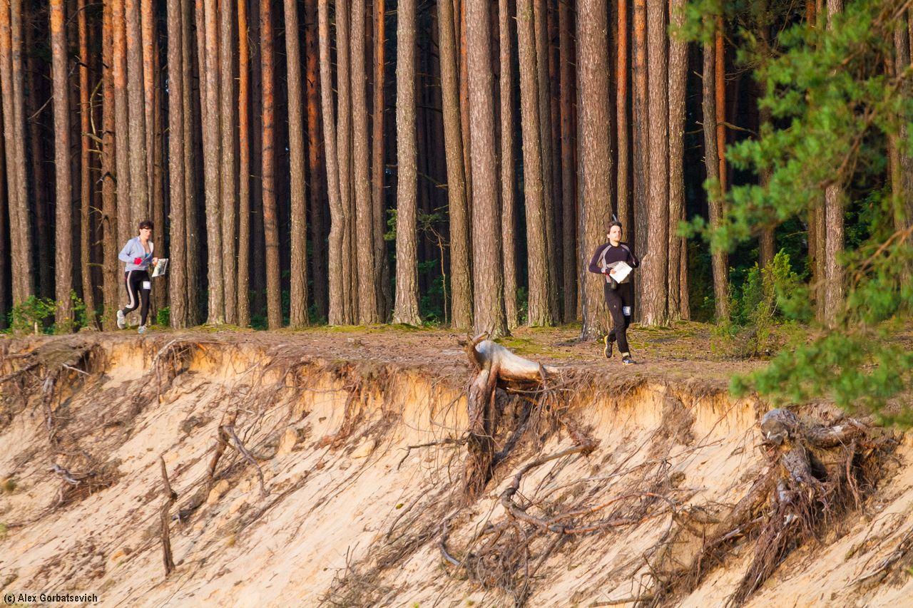 Участники гонки проходят пешком по маршруту. Фото: Алекс ГОРБАЦЕВИЧ