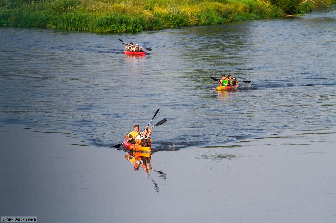 Экстремалы сплавляются на байдарках. Фото: Алекс ГОРБАЦЕВИЧ